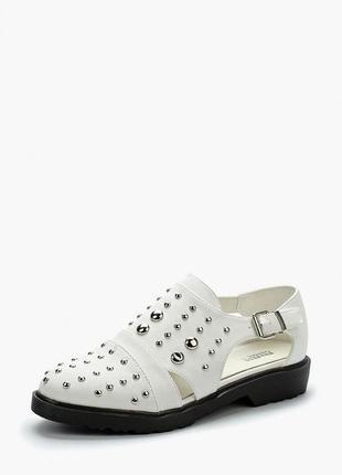 Белые туфли с металлическими заклепками. женские полуботинки