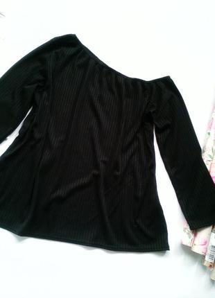 Ассиметричная кофта на одно плечо boohoo+ plus черная в рубчик