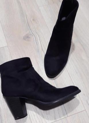 Черевики чорні на каблуку / ботинки черные на каблуке