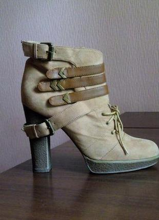 Ботинки на каблуке queen