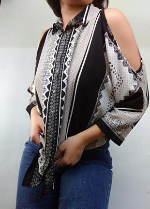 Топ/блузка в актуальный «платочный» принт с вырезами на плечах/летучая мышь