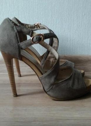 Замшевые босоножки на высоком каблуке