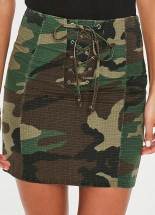 Трендовая камуфляжная мини юбка missguided