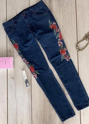 Крутые джинсы с вышивкой из плотного джинса