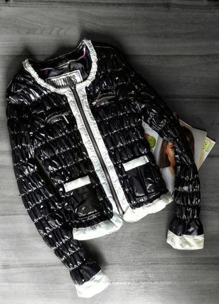 Стеганная осенняя черная куртка с атласными  вставками