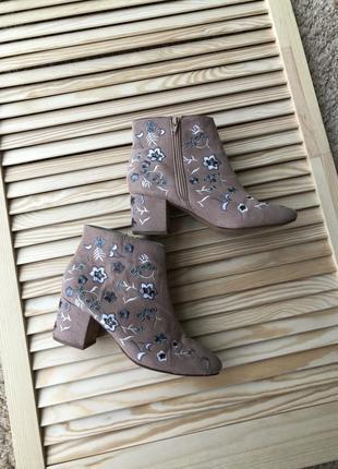 Шикарные ботинки с вышивкой