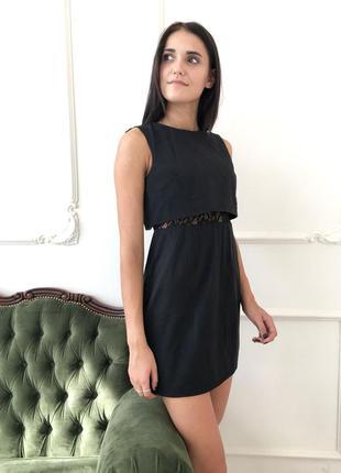 Короткое черное платье с гипюром