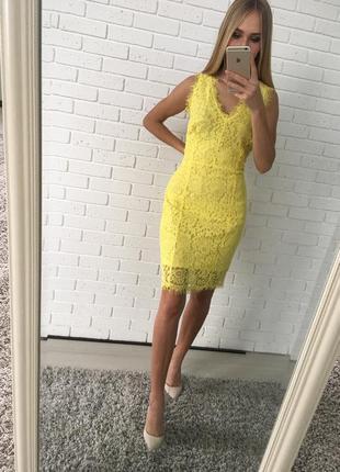 Желтое кружевное приталенное платье lavren