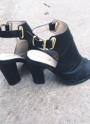 Брендовые босоножки на толстом каблуке
