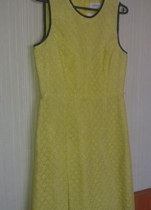Яркое желтое кружевное платье с отделкой из черной экокожи от calvin klein
