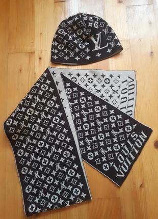 Шапка и шарф с модным принтом.
