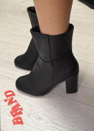 Стильные ботинки  сапожки  на широком каблуке