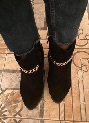 Ботинки с цепочкой.