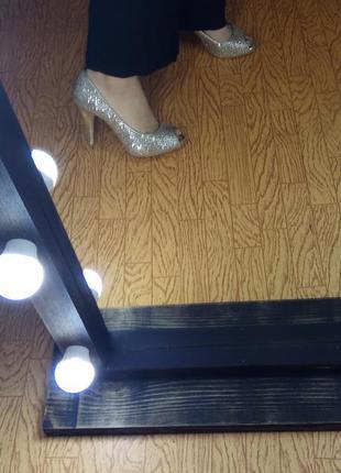 Изящные, блестящие туфли / туфельки.