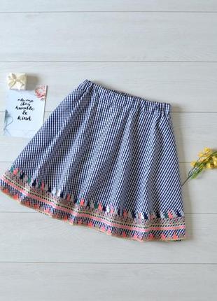 Трендова юбка в клітинку з вишивкою.