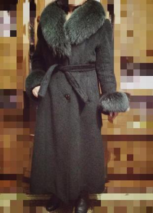 Пальто зимнее.52р.с натуральным мехом.
