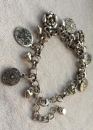 Металлический браслет с фигурками