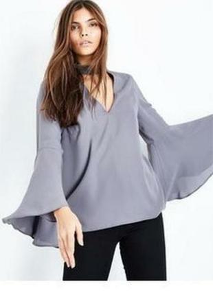 Нарядная блуза с длинным расклешонным рукавом и блестящим чокером