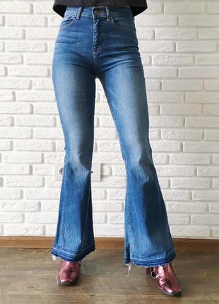 Стильные джинсы клёш с необработанным низом