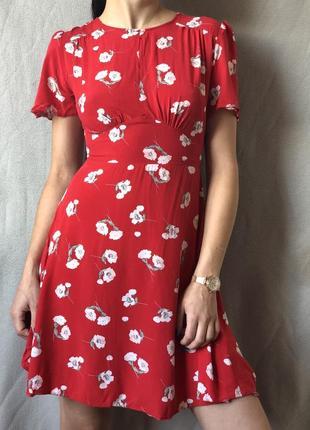 Красивейшее красное платье в цветы
