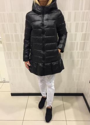 Чёрное пальто на синтепоне удлинённая куртка. mohito.