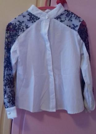 Шикарная блузка, в идиальном состоянии.  рукав в синюю сетку в цветочек. на 6 лет.