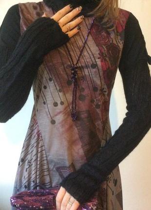 Стильное трикотажное платье с вязаными рукавами и горловиной