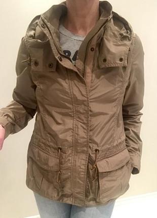 Стильная ветровка с капюшоном и накладными карманами от h&m