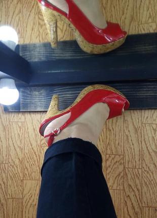 Лаковые / лакированные туфли / туфельки с открытым носком.