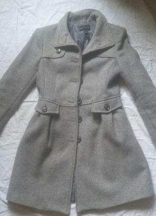 Серое модное пальто mango