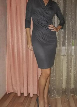 Серое облегающее платье миди