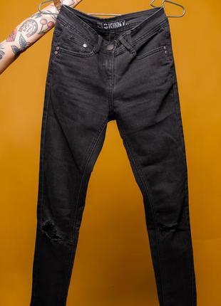 Джинсы скинни черного цвета с потертостями на коленках