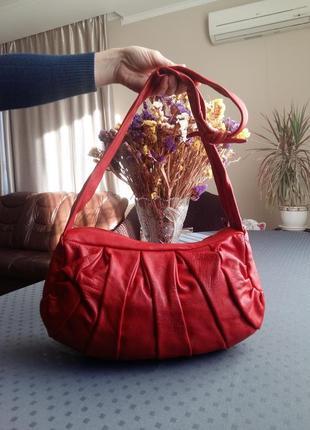 Кожаная красная сумка на длинном ремне