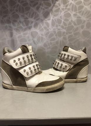 Демисезонные ботинки на танкетке с шипами