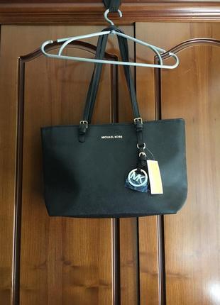 Кожаная чёрная  вместительная новая сумка с короткими ручками michael kors