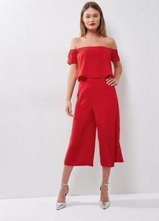 Яркий комбинезон красный с открытыми плечами и воланом, брюки свободные кюлоты