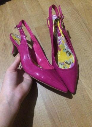 Яркие лаковые розовые туфли мюли на маленьком каблучке