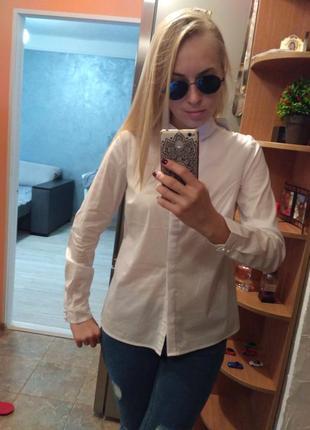 Белая рубашка с красивыми пуговицами