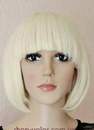 Белый парик каре с челкой