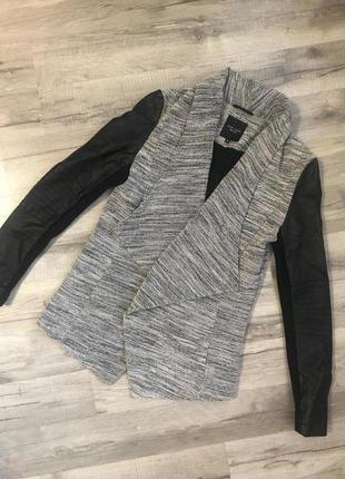 Пиджак накидка с кожаными рукавами new look