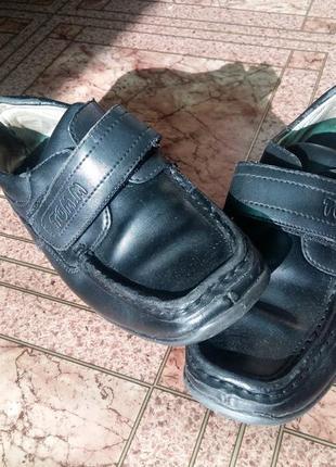 Туфли на мальчика 34 размер.