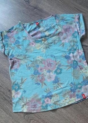 Легенькая футболка нежного оттенка с цветочным принтом