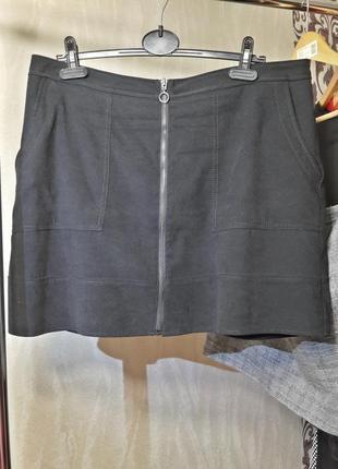 Коротенькая черная юбка на змейке