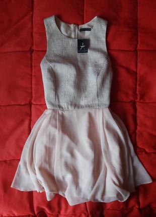 Нюдовое платье с пышной юбкой
