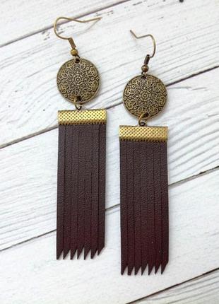 Кожаные серьги коричневого цвета.