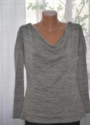 Женский свитер с замками на плечах