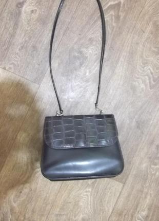Небольшая базовая маленькая сумка через плечо кроссбоди на длинной ручке ремешке