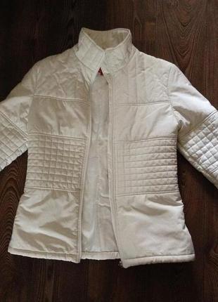 Демисезонная (весна/осень) белая куртка.