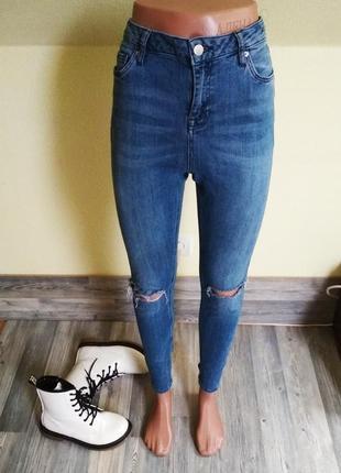 Стильные джинсы скинни с высокой посадкой и рваными коленками