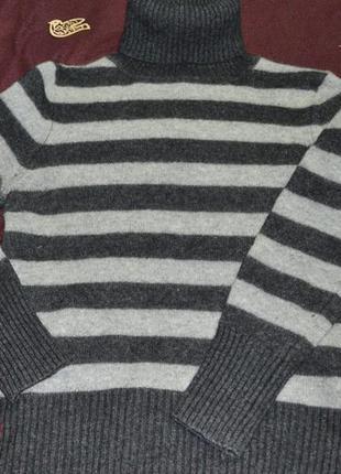Актуальный свитер под горло в полоску